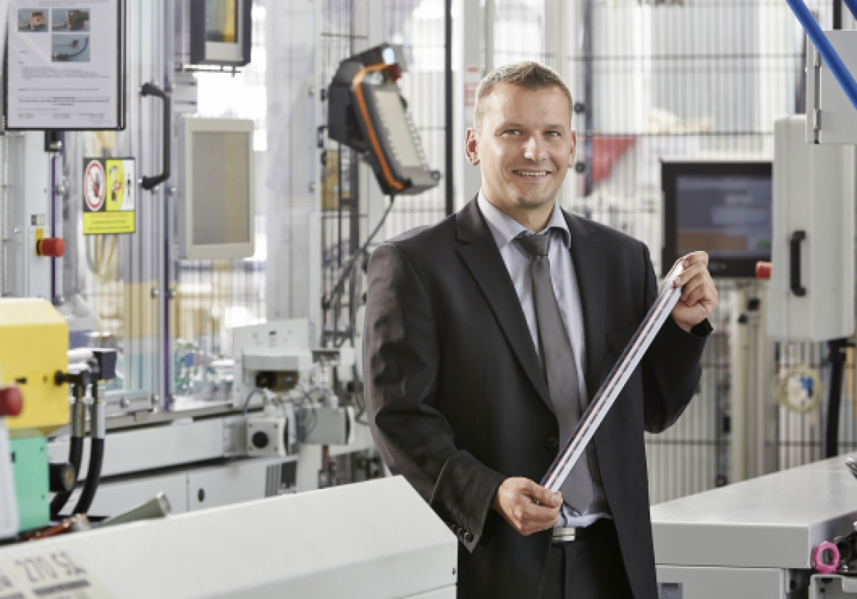 BMW Car Parking assistance: two-component rotary table machine from ARBURG produces two million connectors per year